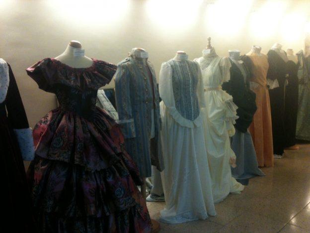 El libro sobre la moda de los siglos XVII-XVIII se cuela en las aulas de LLotja